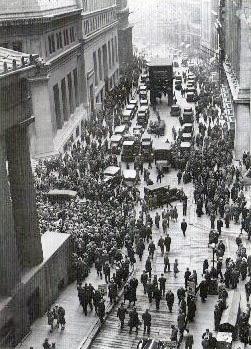 Multitud reuniéndose en la intersección de Wall Street con Broad Street, después de la quiebra de la bolsa en 1929