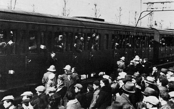 Reclutas italianos en la estación de Montevarchi, Italia, antes de partir al frente bélico