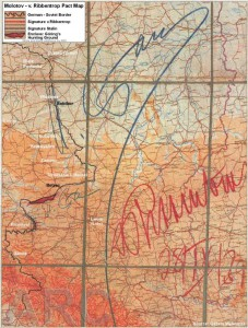 Alemanes y soviéticos dividieron Polonia en dos partes. Este mapa, firmado por Stalin (lápiz azul) y Ribbentrop (rojo) indica la frontera germano-soviética.