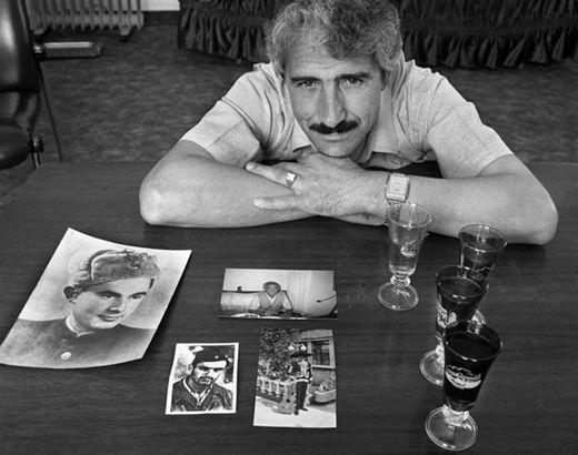 Alí Sheqer Pashkaj, fotografiado por Norman Gershman. Su padre, también llamado Alí, salvó al joven judío Yasha Bayuhovio, con sombrero mexicano en una de las fotos