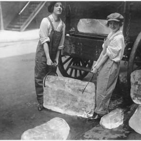 Chicas entregan pesados bloques de hielo [1918]