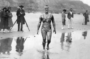 Gertrude Ederle se convierte en la primera mujer en cruzar a nado el Canal Inglés. [1926]
